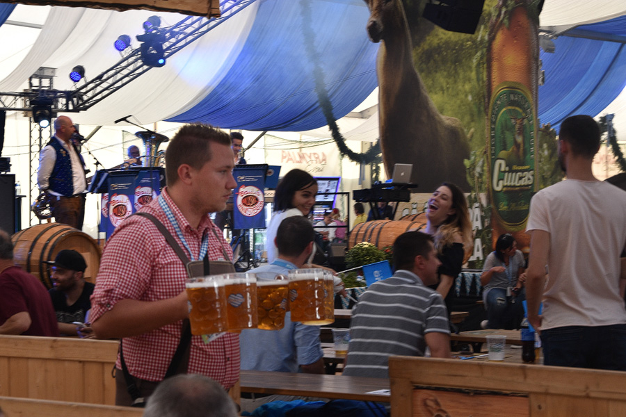 Oktoberfest Brasov ospatar cu halbe de bere
