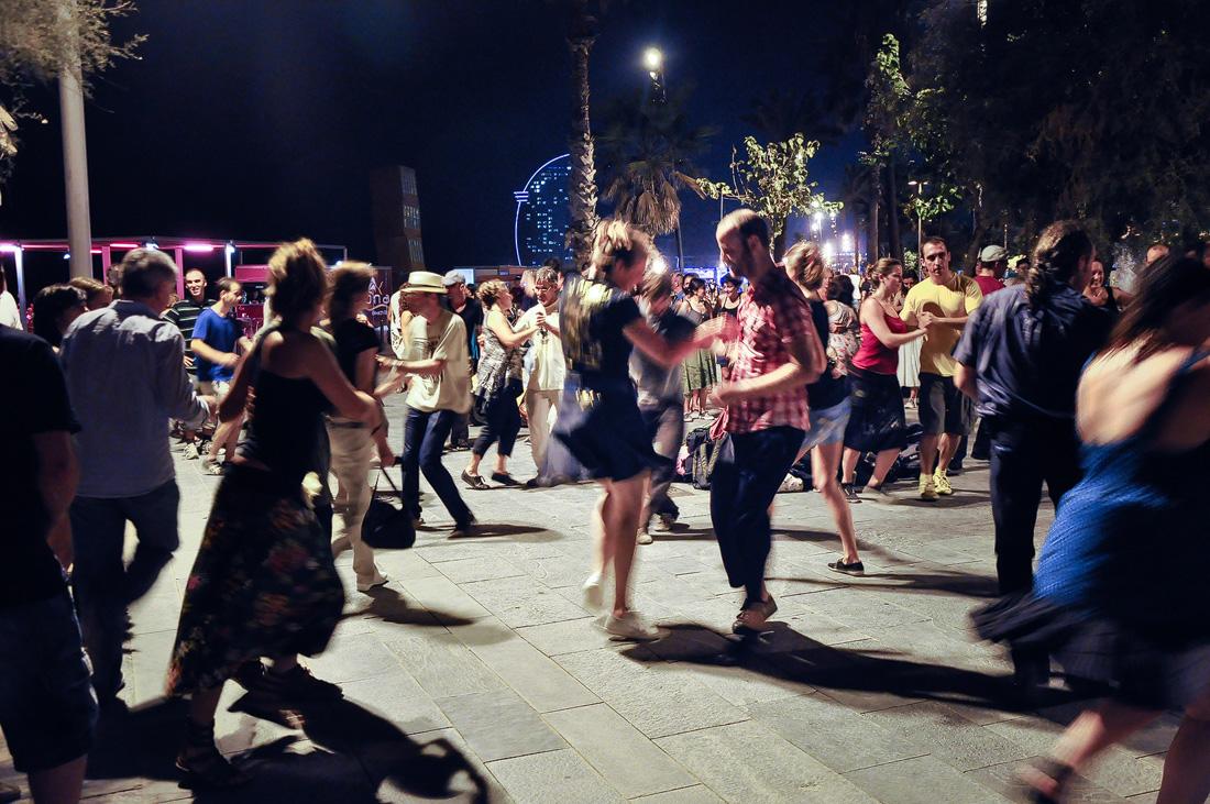 Dansatori de salsa in Barceloneta